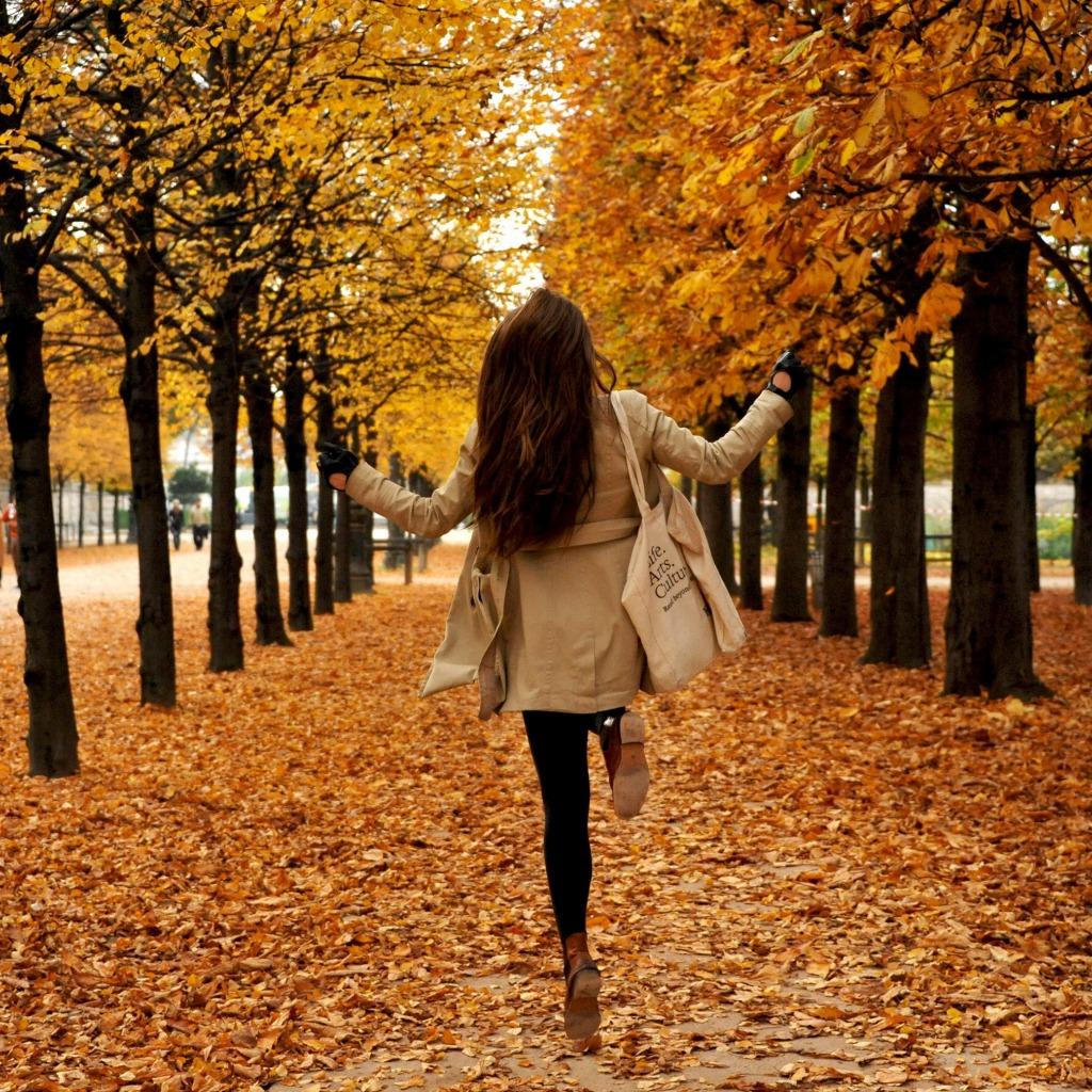 Картинка на аву для девушки блондинки осень со спины (1)