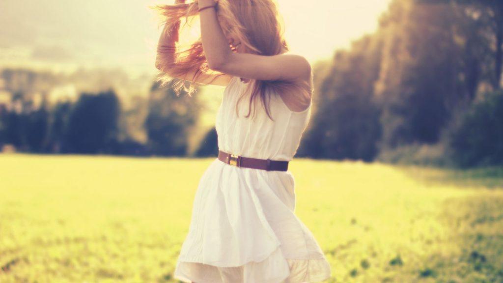 Картинка на аву для девушки блондинки осень со спины (10)
