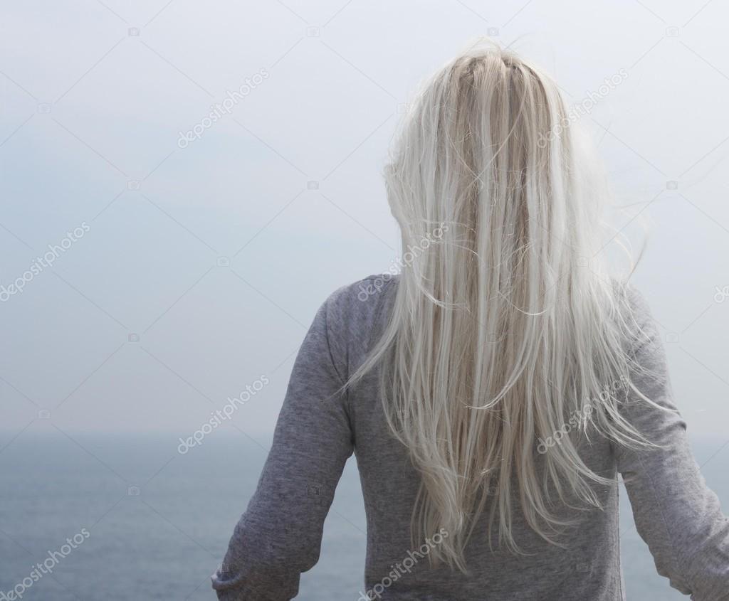 Картинка на аву для девушки блондинки осень со спины (15)