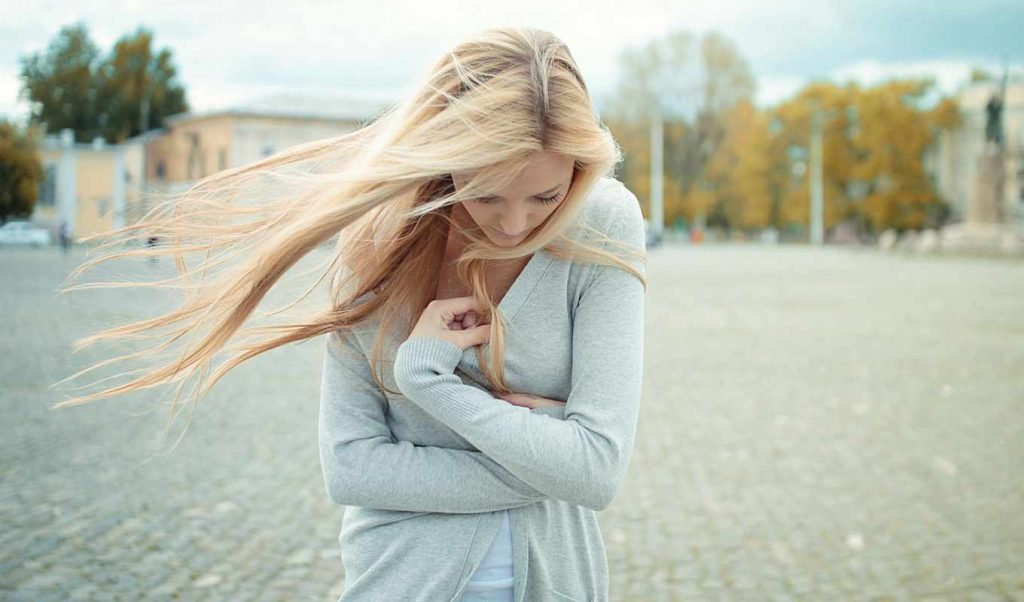 Картинка на аву для девушки блондинки осень со спины (16)