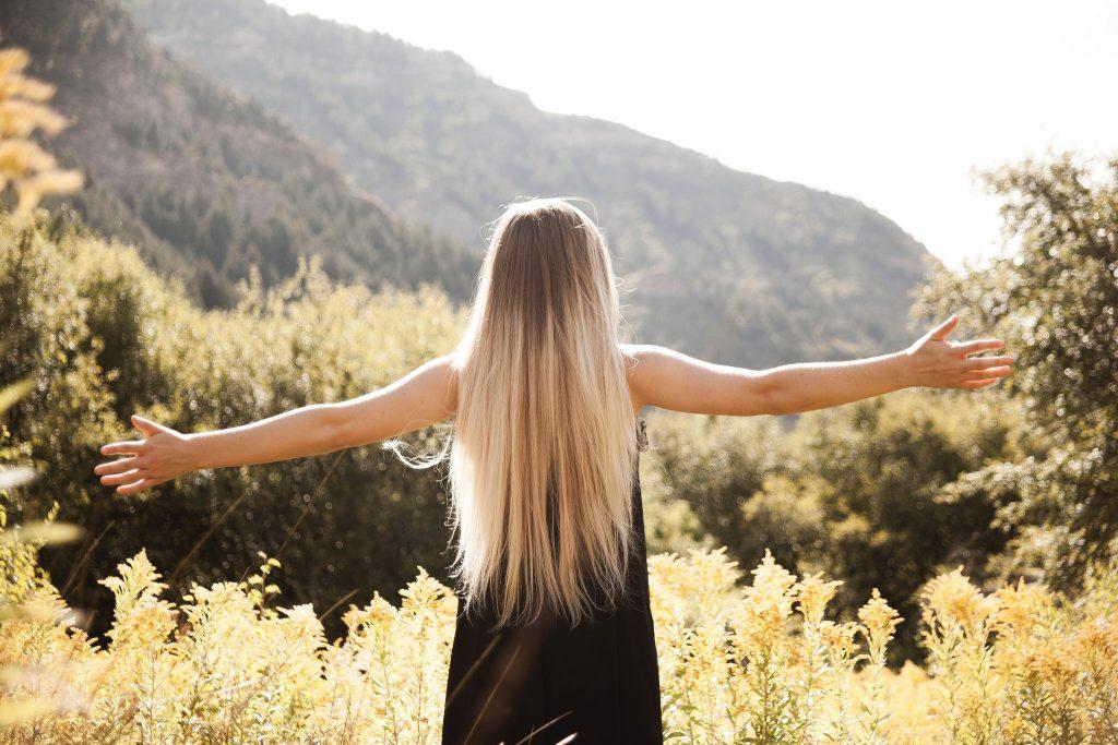 Картинка на аву для девушки блондинки осень со спины (19)