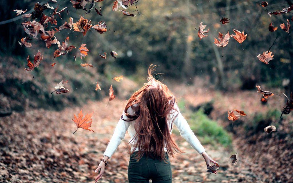 Картинка на аву для девушки блондинки осень со спины (2)