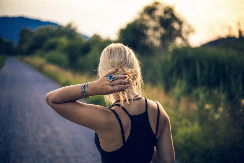 Картинка на аву для девушки блондинки осень со спины (20)