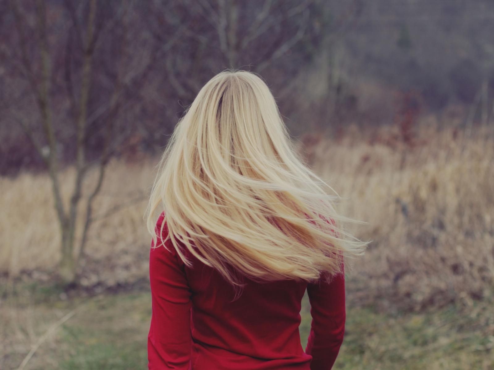Картинка на аву для девушки блондинки осень со спины (4)