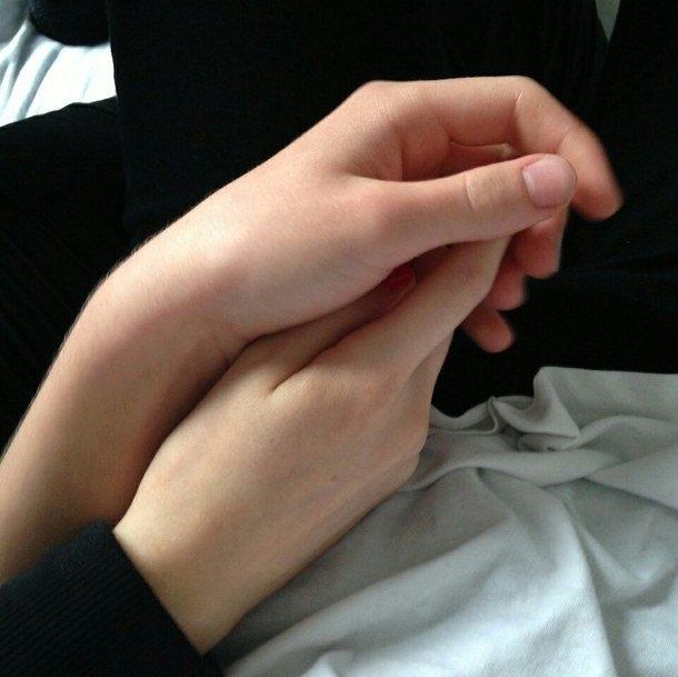 Картинки на аву девушки с парнями за руку006