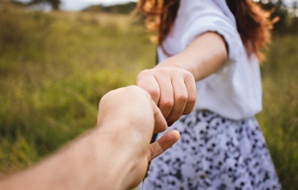 Картинки на аву девушки с парнями за руку016