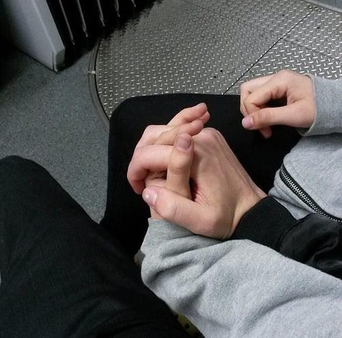Картинки на аву девушки с парнями за руку018