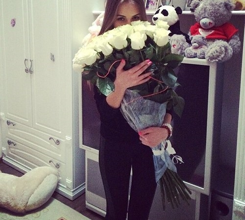 Красивое фото на аву для девушки с цветами005