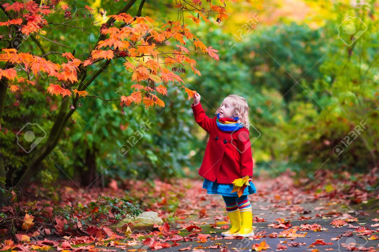 Красивые картинки осень девушка с листьями для детей (14)