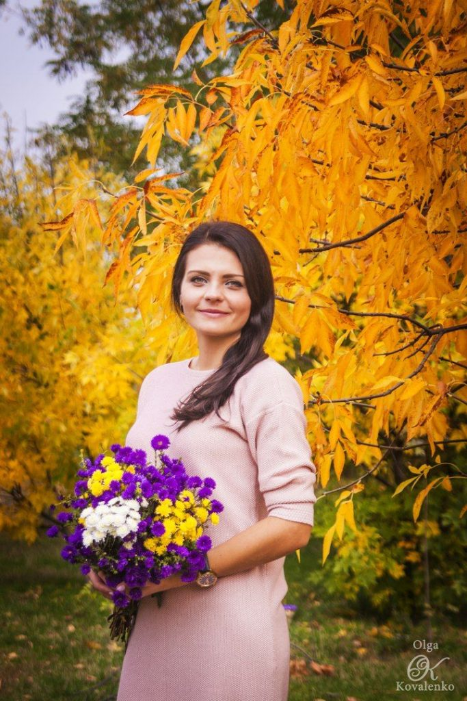 Красивые картинки осень девушка с листьями для детей (15)