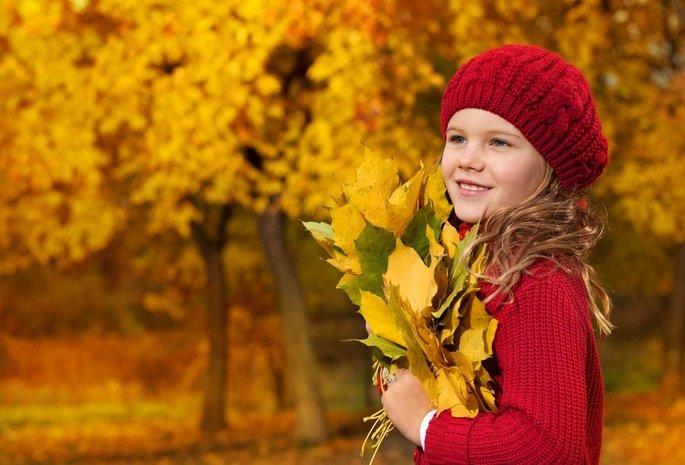 Красивые картинки осень девушка с листьями для детей (5)