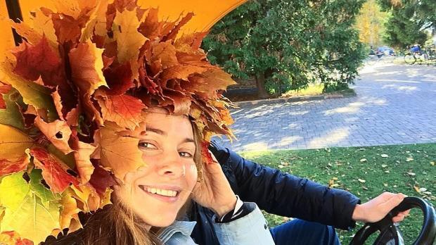 Красивые картинки осень девушка с листьями для детей (6)