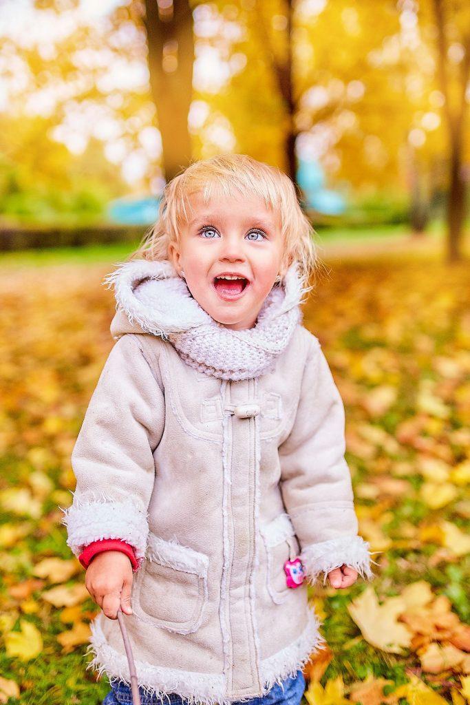 Красивые картинки осень девушка с листьями для детей (9)