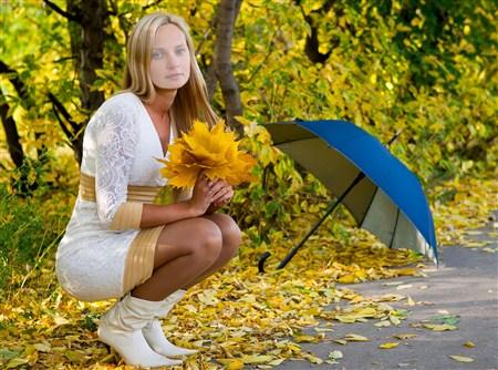 Красивые фото девушек в осеннем лесу - подборка (4)