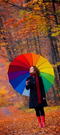 Красивые фото девушек осенью со спины с зонтом (12)