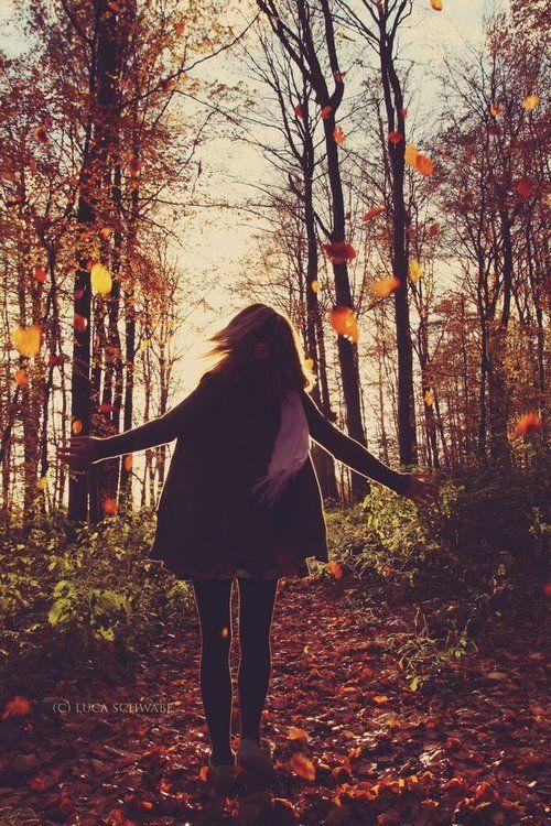 Красивые фото девушек осенью со спины с зонтом (14)