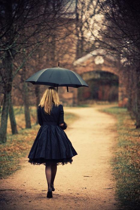 Красивые фото девушек осенью со спины с зонтом (15)