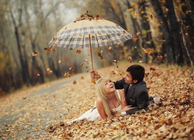 Красивые фото девушек осенью со спины с зонтом (19)