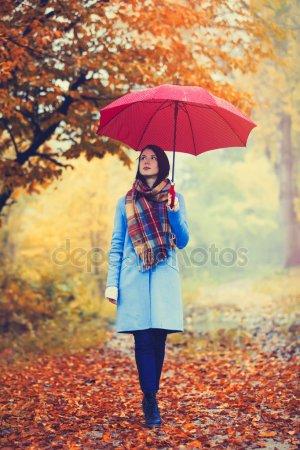 Красивые фото девушек осенью со спины с зонтом (2)
