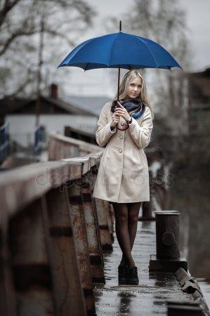 Красивые фото девушек осенью со спины с зонтом (9)