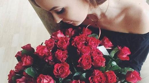 Красивые фото девушек с цветами без лица на аву (12)