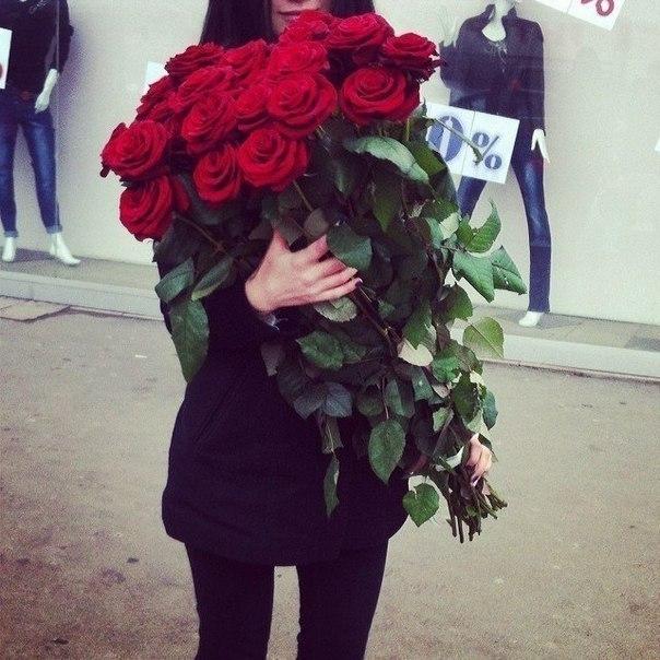 Красивые фото девушек с цветами без лица на аву (14)