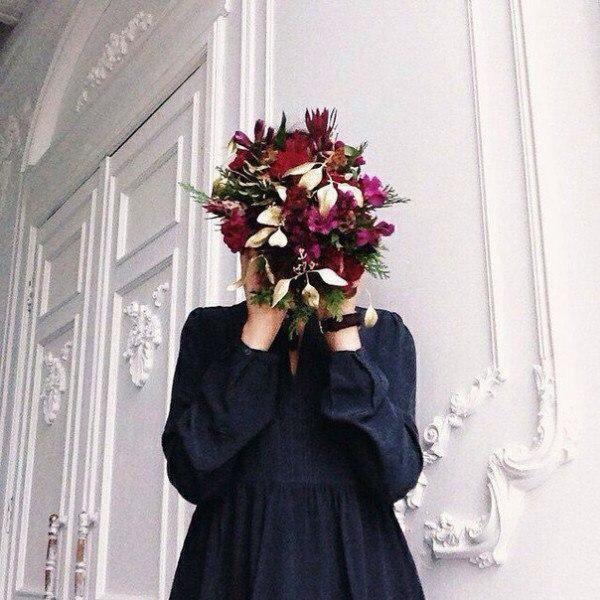 Красивые фото девушек с цветами без лица на аву (15)