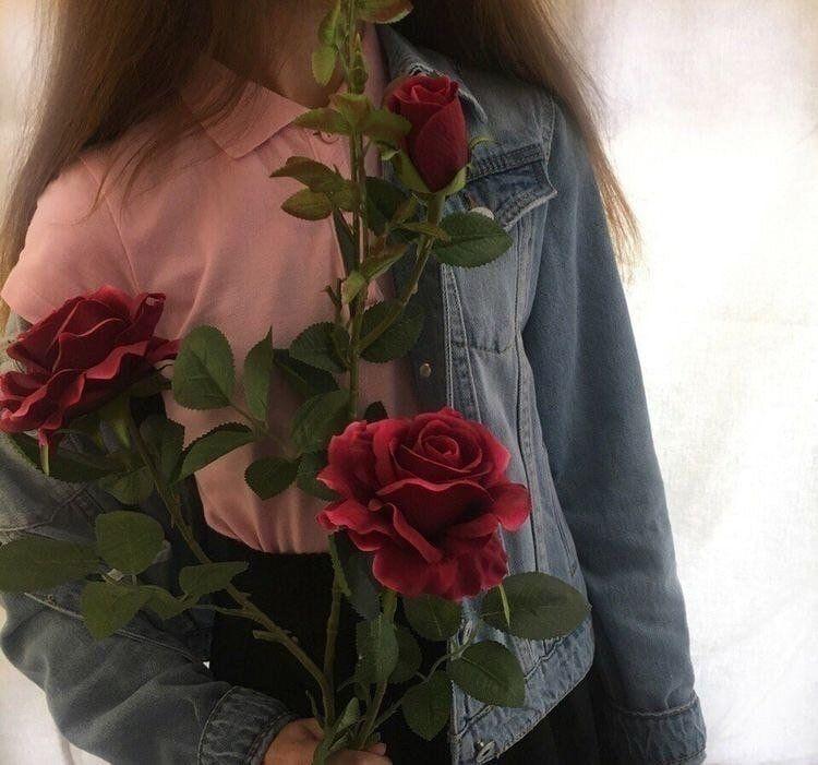 Красивые фото девушек с цветами без лица на аву (16)