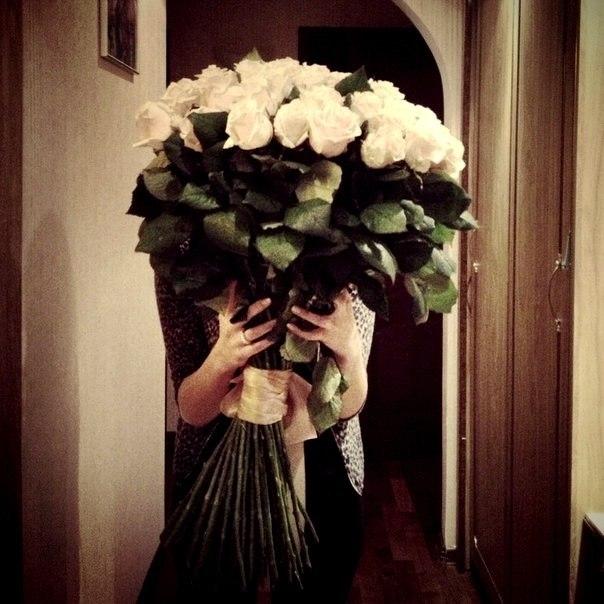 Красивые фото девушек с цветами без лица на аву (20)