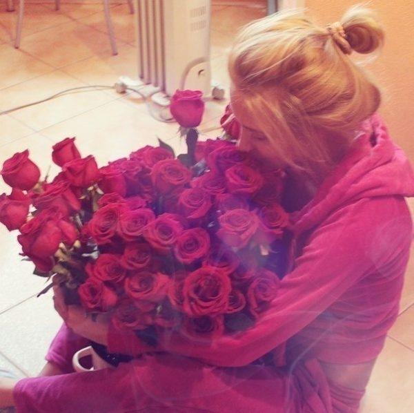 Красивые фото девушек с цветами без лица на аву (4)
