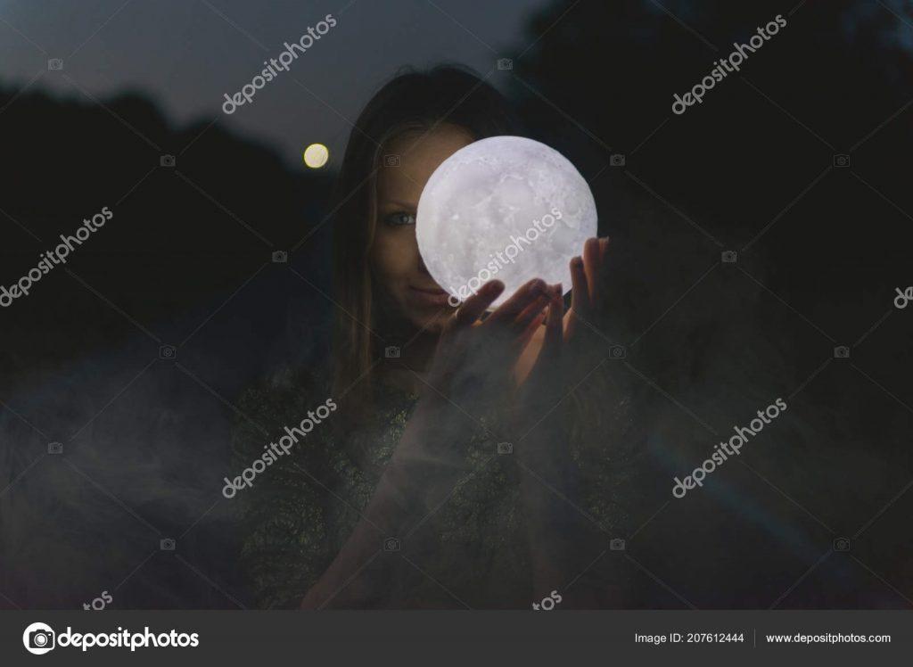 Красивые фото девушка на фоне луны003