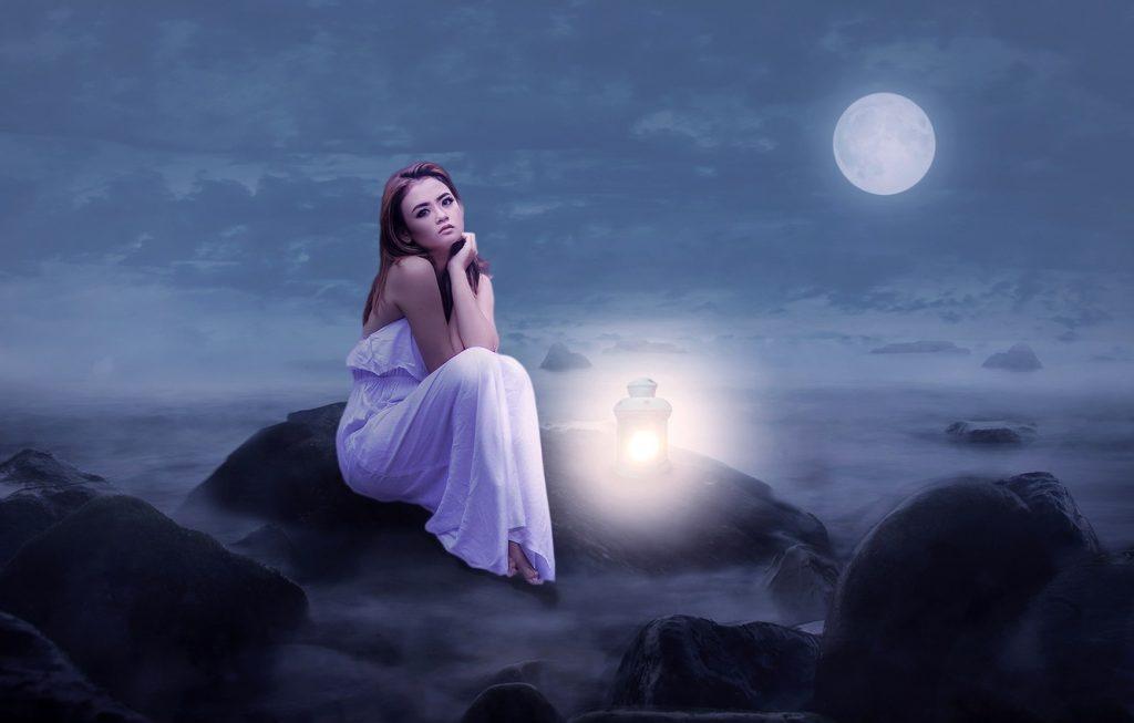 Красивые фото девушка на фоне луны005