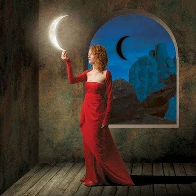 Красивые фото девушка на фоне луны006