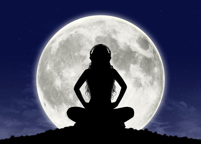 Красивые фото девушка на фоне луны008