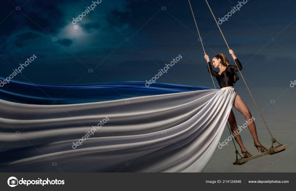 Красивые фото девушка на фоне луны012