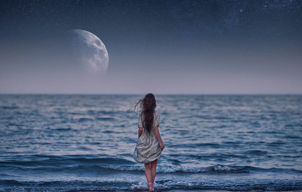 Красивые фото девушка на фоне луны015