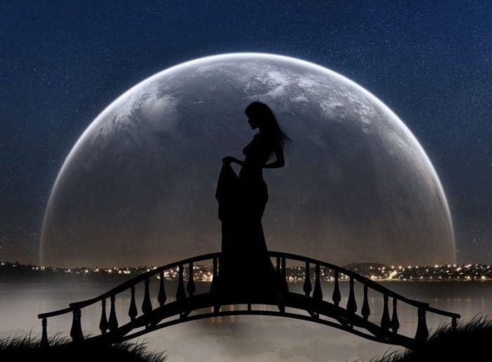 Красивые фото девушка на фоне луны018