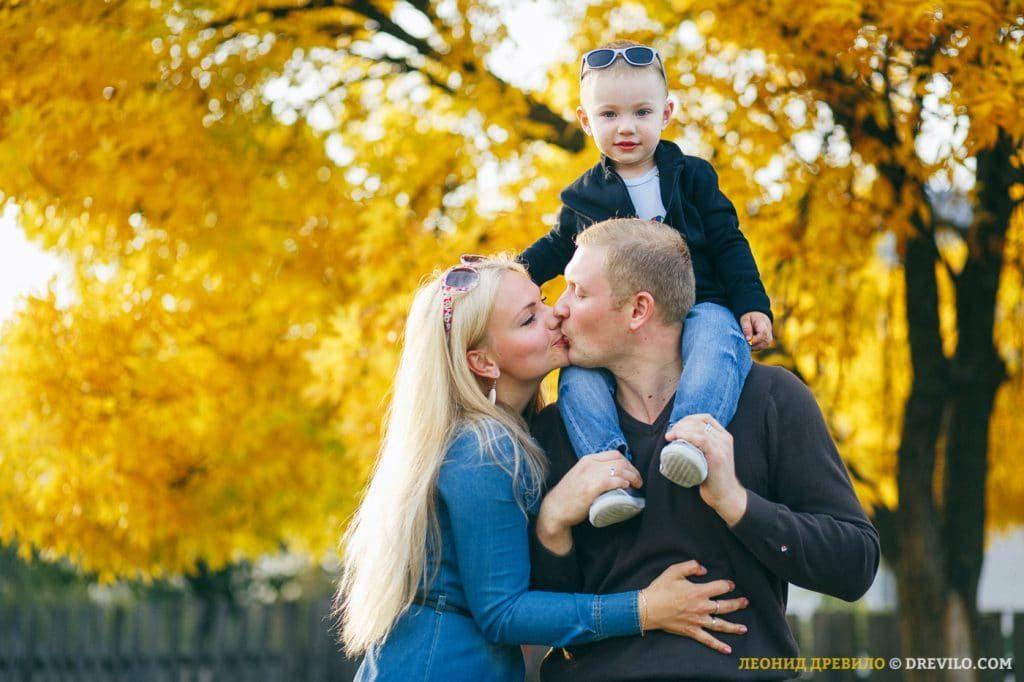 Осенняя семейная фотосессия на природе - фото идеи (10)