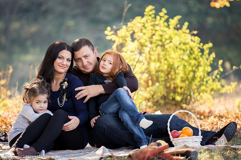 Осенняя семейная фотосессия на природе - фото идеи (21)