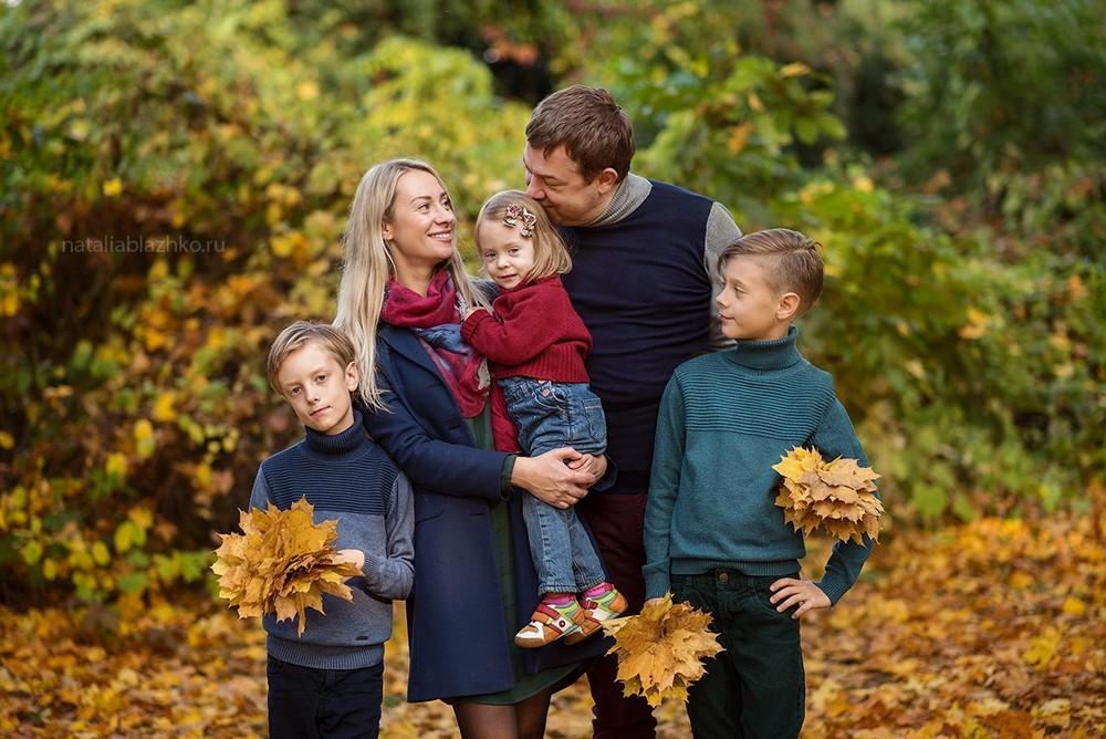 Осенняя семейная фотосессия на природе - фото идеи (22)