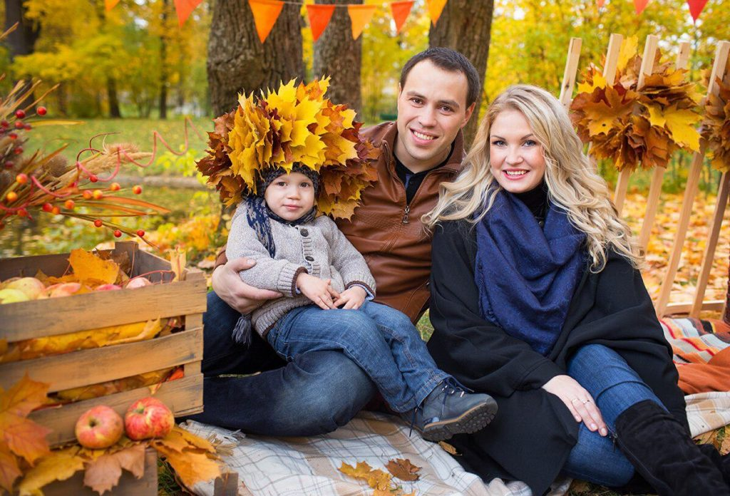 Осенняя семейная фотосессия на природе - фото идеи (23)