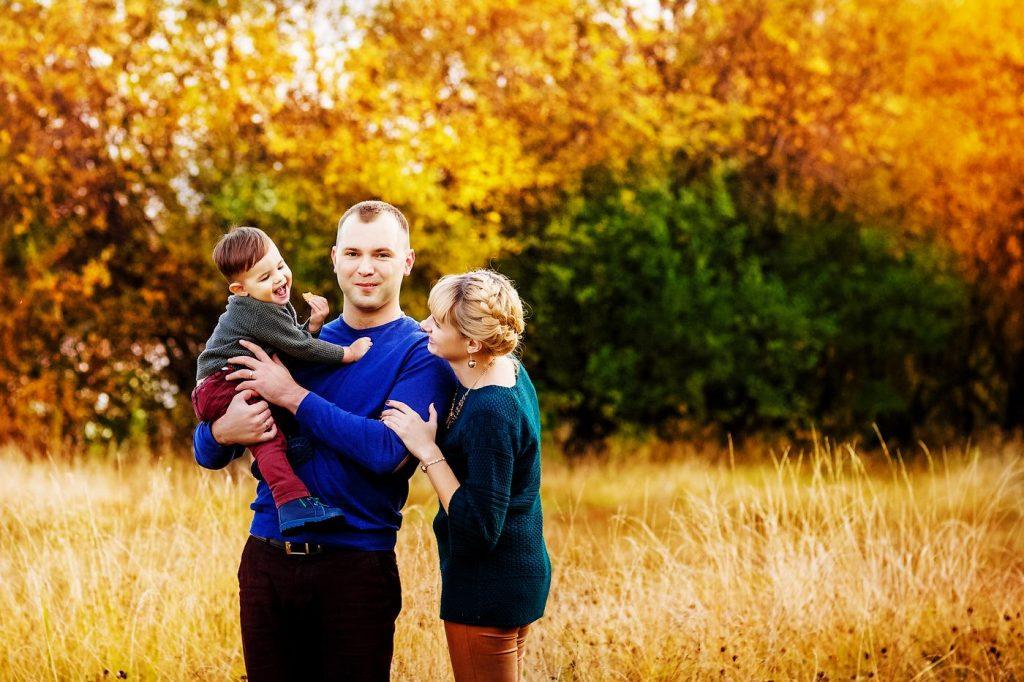 Осенняя семейная фотосессия на природе - фото идеи (24)