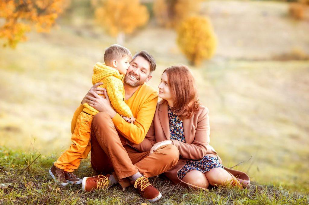 Осенняя семейная фотосессия на природе - фото идеи (27)