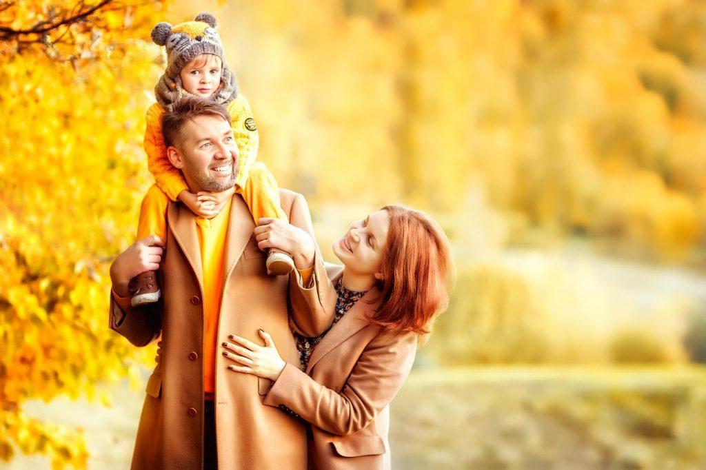 Осенняя семейная фотосессия на природе - фото идеи (6)