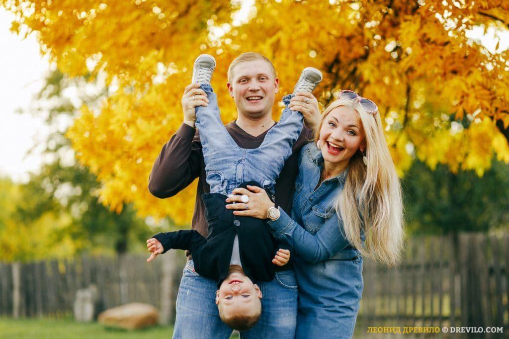 Осенняя семейная фотосессия на природе - фото идеи (9)