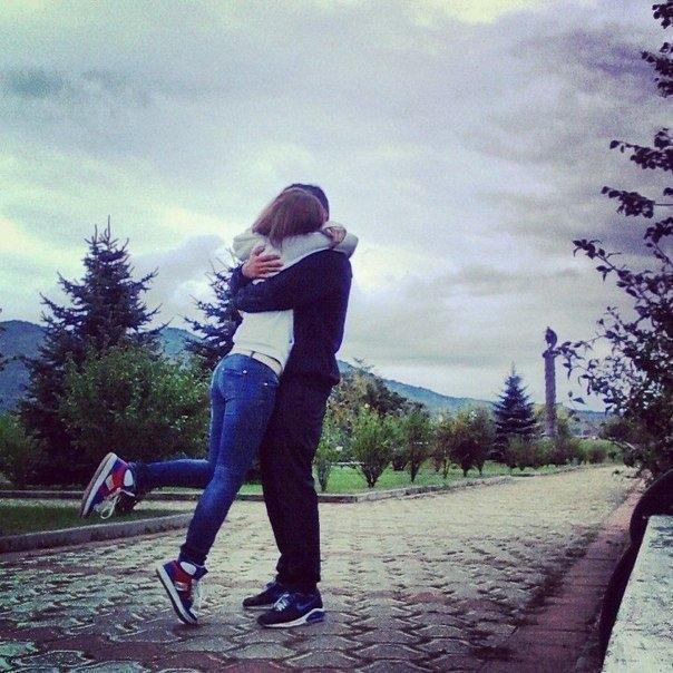 Парень с девушкой целуются фото на аву без лица005