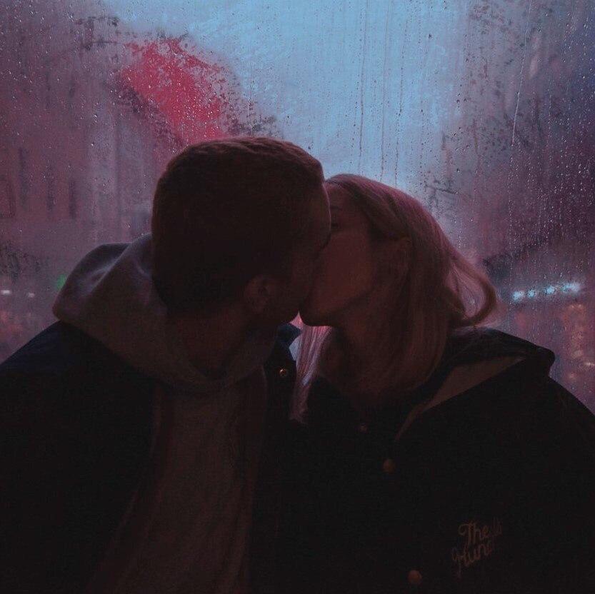 Парень с девушкой целуются фото на аву без лица013