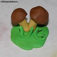 Поделка грибная полянка из пластилина для детей022