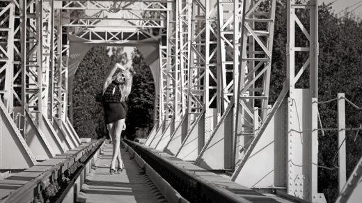 Самые крутые идеи для фотосессии на деревянном мосте008