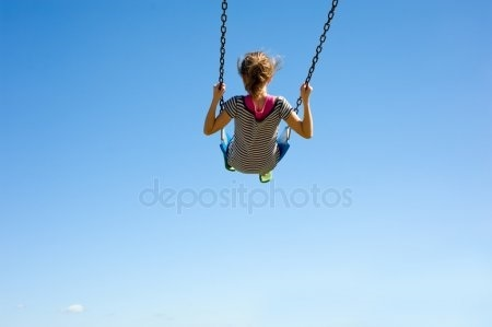 Скачать фото девушка на качелях со спины005